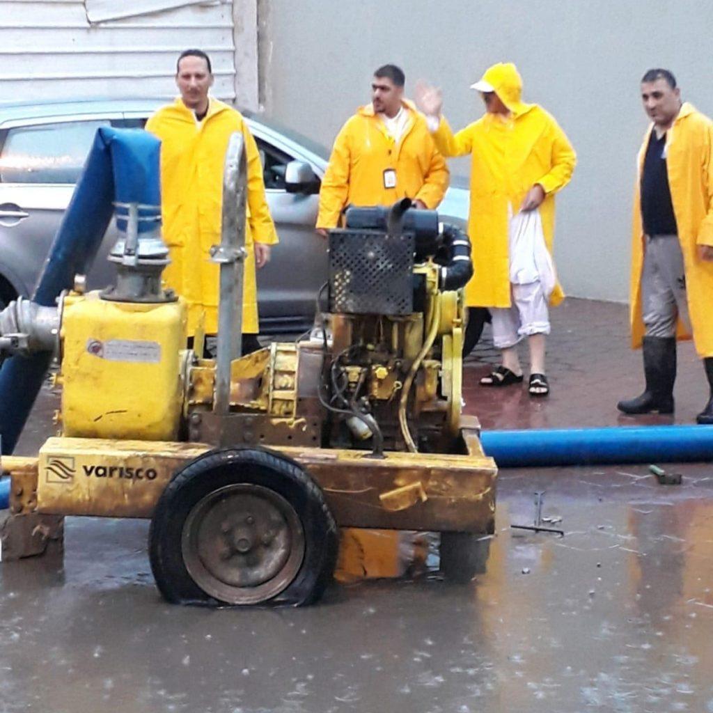 فتح مناهيل مناطق محافظة الفروانية لتفادي تراكم مياه الأمطار