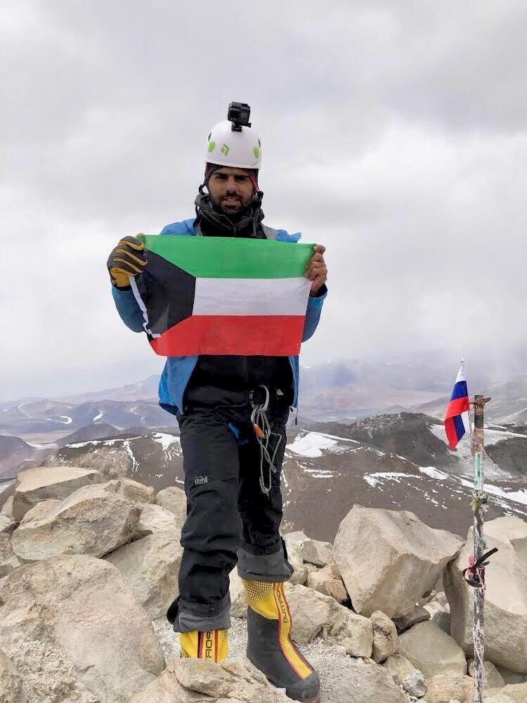 يوسف الرفاعي يرفع علم الكويت فوق أعلى بركان بالعالم